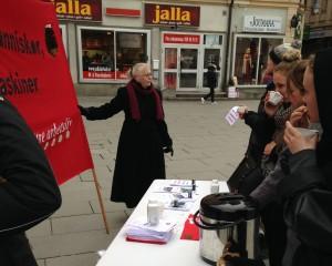 Många ville ta en kopp kaffe och höra mer om Vänsterpartiets förslag.