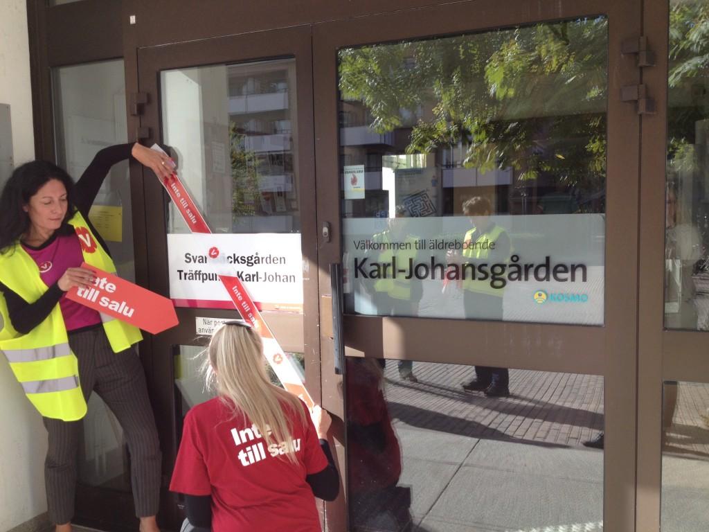Karl-Johansgården är redan utsåld till Kosmo, Vänsterpartiets Jeannette Escanilla och Liza Boëthius vaktar den kommunala Träffpunkten bredvid.