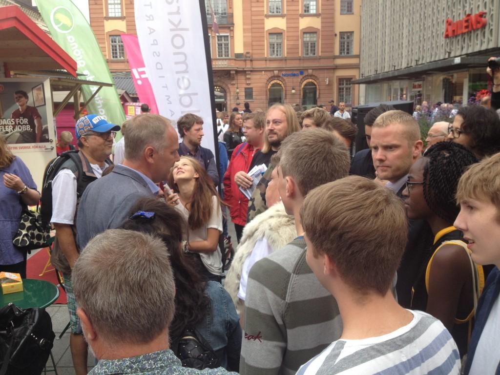 Även många andra ville fotograferas och prata med partiledaren.