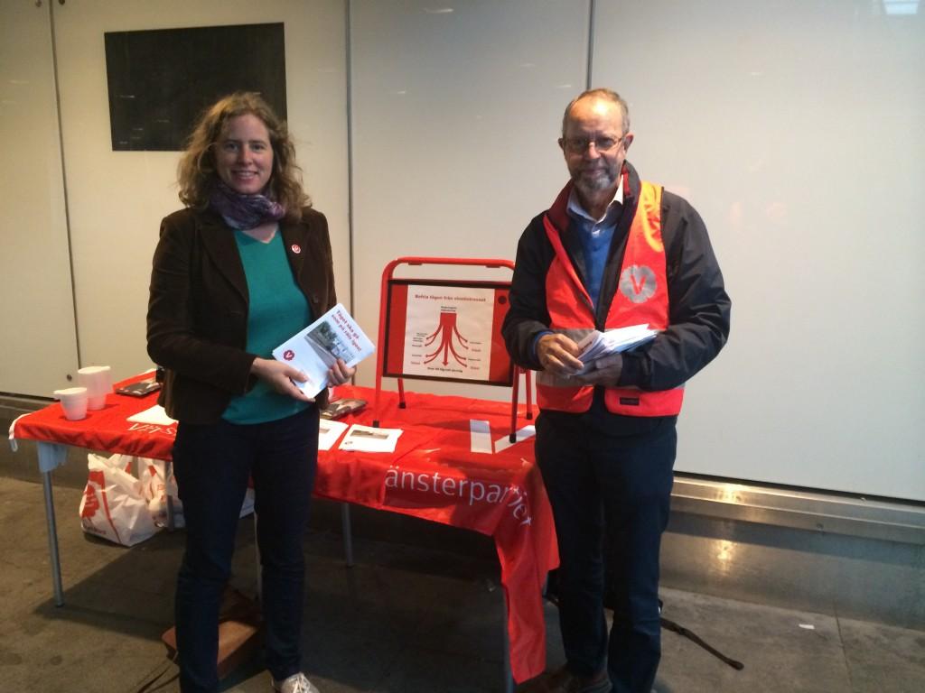 Emma Wallrup och Kjell Haglund berättar för pendlare hur tåget ska kunna gå som på räls igen.