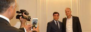 Jonas Sjöstedt och HDPs partiledare Selahattin Demirtaş, som idag är på besök i Sverige.